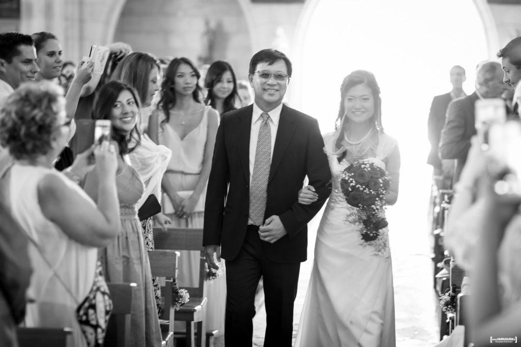 entrée de la mariée au bras de son père dans l'église de Macau - photo de mariage Sebastien Huruguen