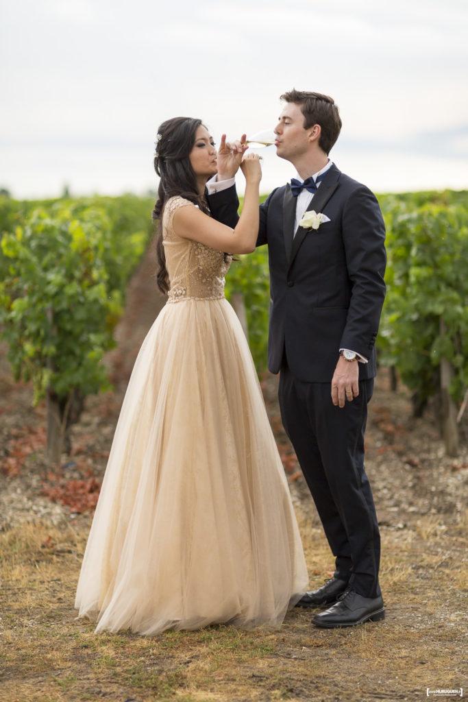 les mariés trinquent et boivent un coup pour célébrer leur union mariage Bordeaux Sebastien Huruguen photographe