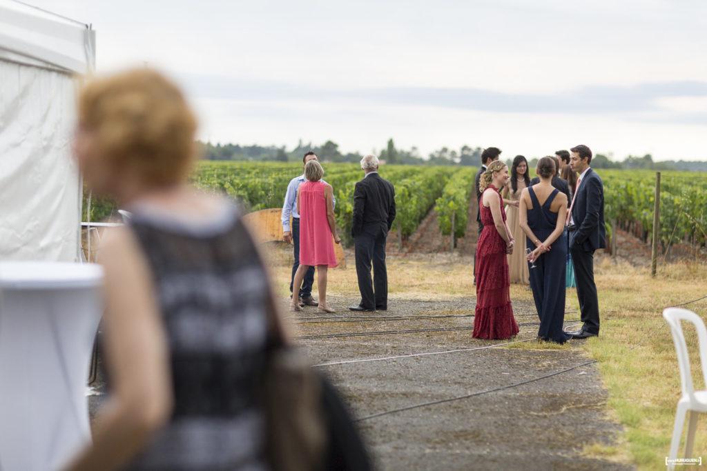 vin d'honneur les invités au bord du vignoble de macau dans le bordelais