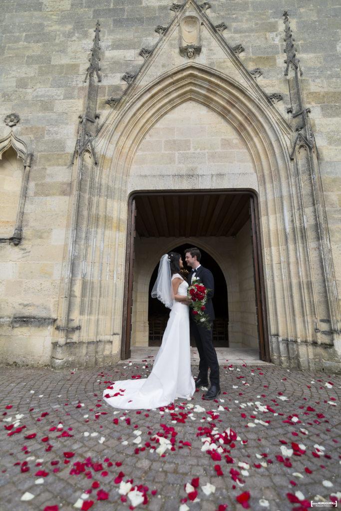 Les mariés s'embrassent sur le péron de l'église de Macau à la sortie de la cérémonie religieuse de leur mariage