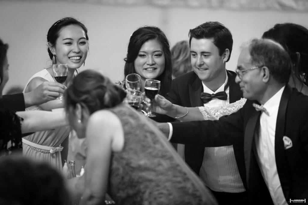 les mariés trinquent avec leur famille lors de leur mariage