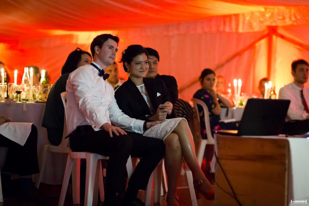 Visionnage de diaporamas et vidéos par le couple de mariés et les invités lors de la soirée animation mariage Sebastien Huruguen