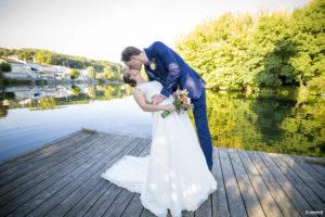 Couple de mariés au quais des pontis à Cognac devant la charente