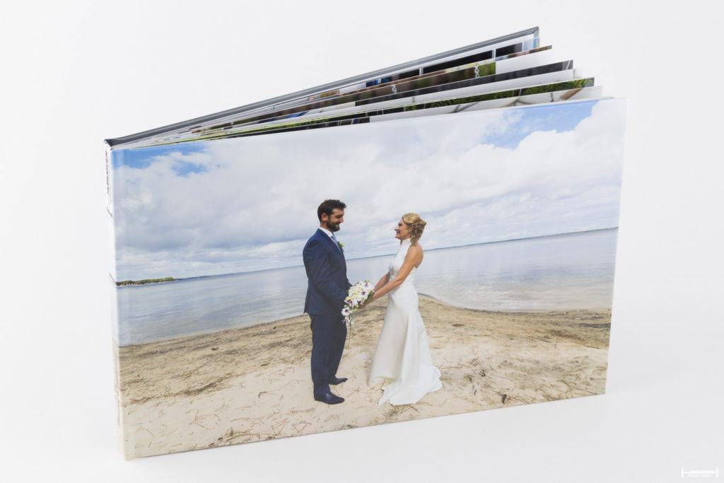 livre-album-photo-de-mariage-sebastien-huruguen-photographe-bordeaux-papier-brillant-format-A4-20x30cm-resalisation-montage-1