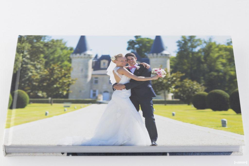 belle couverture d'un livre album photo de mariage au chateau Agassac de Ludon-Médoc dans la région bordelaise. Sébastien Huruguen photographe