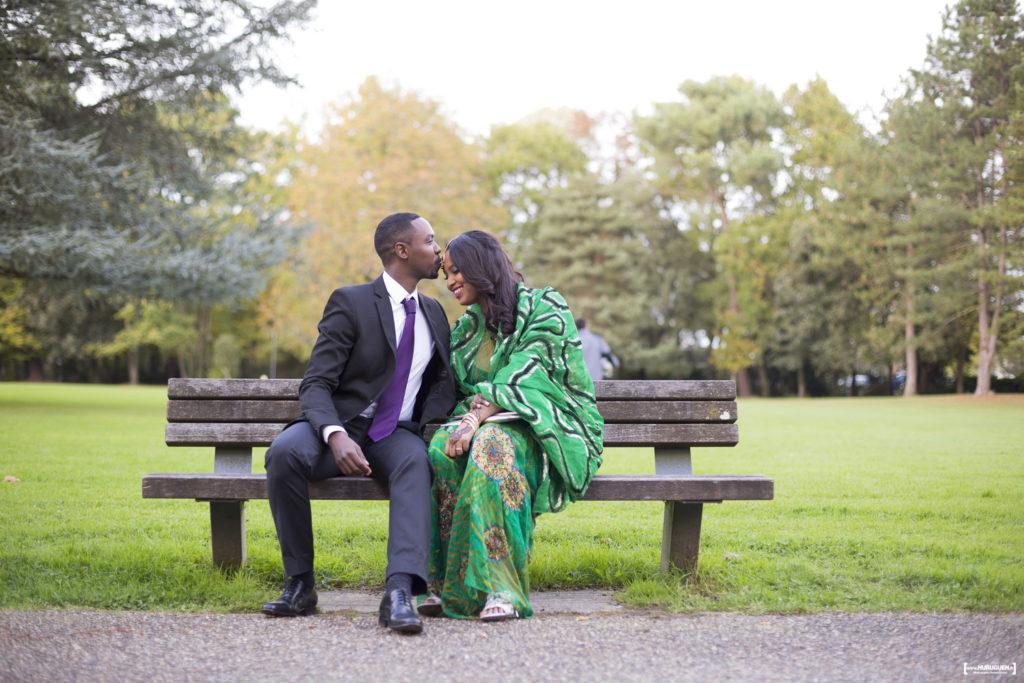 mariage civil a l'hotel de ville de mérignac photo de couple dans le parc du vivier de la mairie de mérignac par le photographe de mariage à Bordeaux Sébastien Huruguen