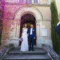 Sortie de l'eglise de Clermont de Beauregard en dordogne couple de mariés sébastien huruguen photographe mariage