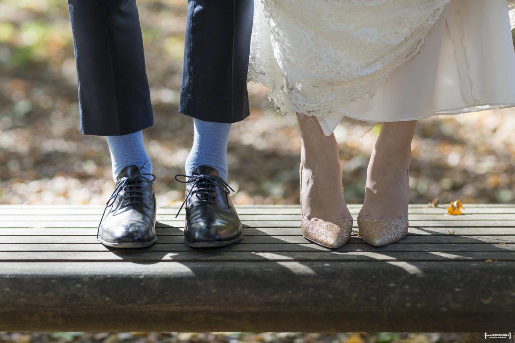 chaussures du marié et esparpins de la mariée gros plan Sébastien Huruguen photographe de mariage à Bordeaux