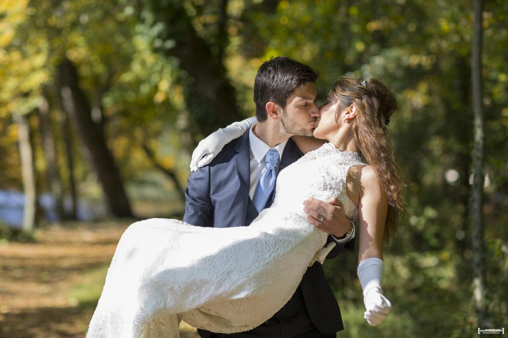 jeune mariée dans les bras de son mari s'embrassant lors d'une séance photo trash the dress au parc de majolan à Blanquefort photographié par le Sébastien Huruguen photographe de mariage à Bordeaux