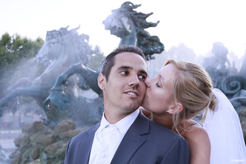 couple de jeunes mariés devant la fontaine des girondins sur la place des quinconces à Bordeaux Sébastien Huruguen photographe mariage