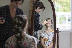 Sebastien Huruguen Photographe de Mariage à Bordeaux séance photo préparatifs de la mariée coiffure maquillage make up devant le miroir