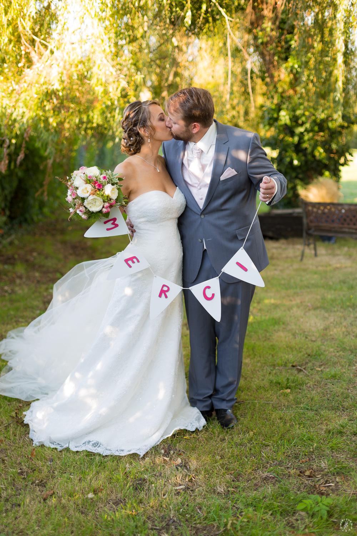 sebastien-huruguen-photographe-mariage-martillac-chateau-de-lantic-couple-bisous-baiser-faire-part-remerciements-merci-embrasse-bouquets-robe-mariee