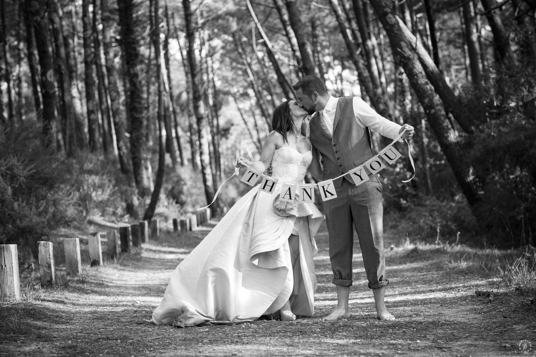 sebastien-huruguen-photographe-mariage-mimizan-landes-40-nouvelle-aquitaine-sud-ouest-france-faire-part-merci-thank-you-remerciements-couple-foret-pins-noir-blanc