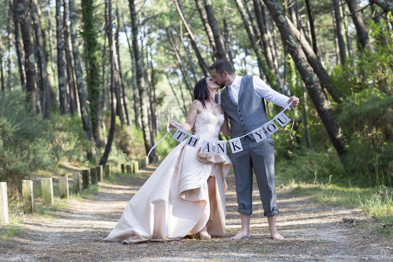 sebastien-huruguen-photographe-mariage-mimizan-landes-40-nouvelle-aquitaine-sud-ouest-france-faire-part-merci-thank-you-remerciements-couple-foret-pins