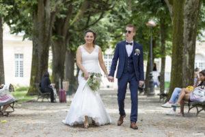 sebastien huruguen photographe de mariage à Bordeaux mariés main dans la main marchant dans le parc après s'être mariés à l'hôtel de ville de Bordeaux