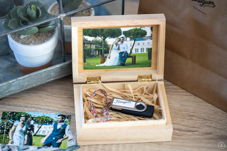 Tirages photos et coffret en bois avec clé USB des photos HD de mariage livré dans chaque reportages photos de mariage réalisés par Sébastien Huruguen photographe de mariage à Bordeaux.