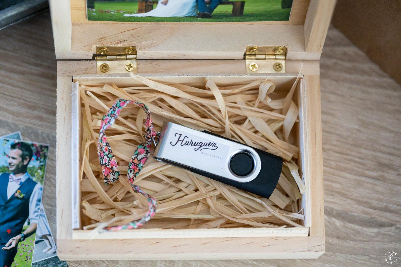 Joli coffret en bois pour la clé USB contenant le reportage photos de mariage livré dans chaque reportages photos de mariage réalisés par Sébastien Huruguen photographe de mariage à Bordeaux.