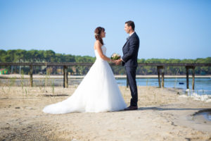 couple-jeunes-maries-seance-photo-trash-the-dress-day-after-plage-lac-ocean-carcans-sebastien-huruguen-photographe-mariage-1