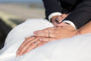 couple-jeunes-maries-seance-photo-trash-the-dress-day-after-plage-lac-ocean-carcans-sebastien-huruguen-photographe-mariage-10