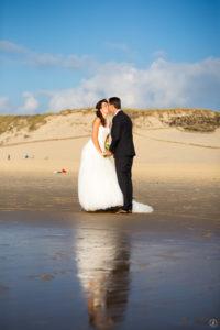 couple-jeunes-maries-seance-photo-trash-the-dress-day-after-plage-lac-ocean-carcans-sebastien-huruguen-photographe-mariage-31