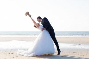 couple-jeunes-maries-seance-photo-trash-the-dress-day-after-plage-lac-ocean-carcans-sebastien-huruguen-photographe-mariage-33