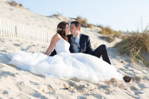 couple-jeunes-maries-seance-photo-trash-the-dress-day-after-plage-lac-ocean-carcans-sebastien-huruguen-photographe-mariage-35
