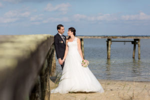 couple-jeunes-maries-seance-photo-trash-the-dress-day-after-plage-lac-ocean-carcans-sebastien-huruguen-photographe-mariage-7