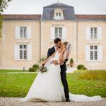 jeunes mariés s'embrassant dans le parc du Chateau DAUZAC à Labarde dans le médoc au nord de Bordeaux