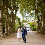 couple de jeunes mariés dans le parc de la mairie de Le Bouscat à Bordeaux
