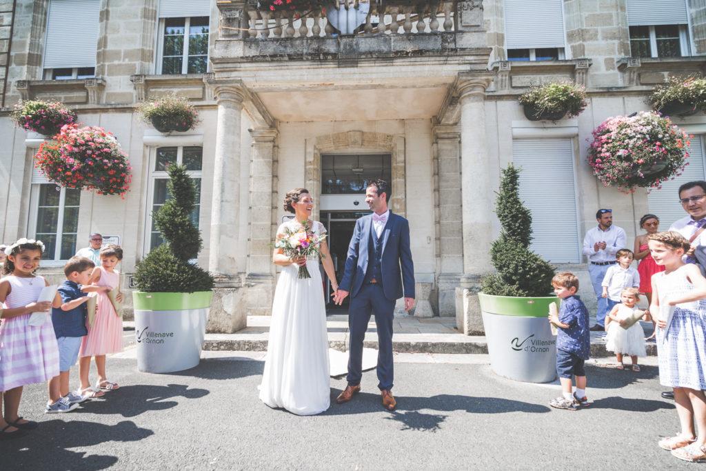 Sebastien Huruguen photographe de mariage à villenave d'ornon - Couple de jeunes mariés devant la mairie